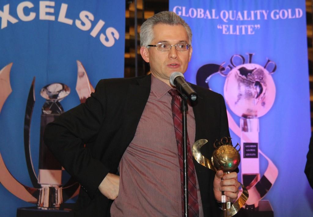 Coach Alejandro Macías H. al recibir su premio